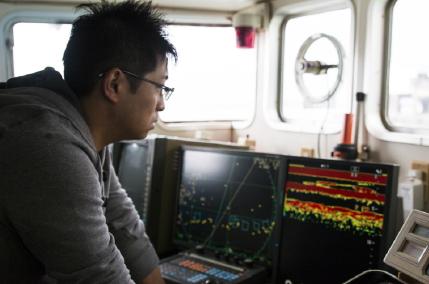 船長室には超音波で魚の群れを探る魚群探知機をはじめ、様々な機器が並ぶ。