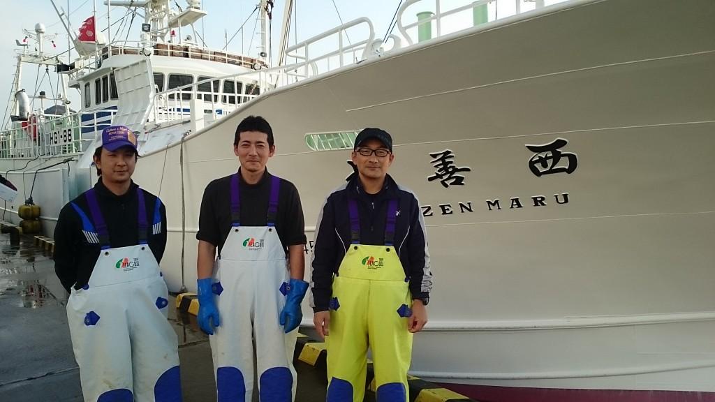 左より啓太さん、西村和弘機関長、西村佳典船長